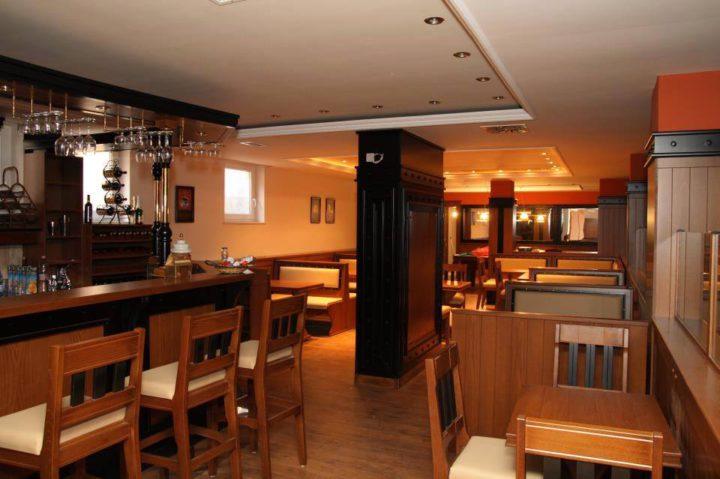 40 fős bár , bowling-billiárd teremmel